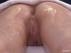 Masseur makes Candy Manson feel the orgasm