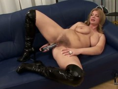 Mature bitch Susi stuffs her hairy minge with toy